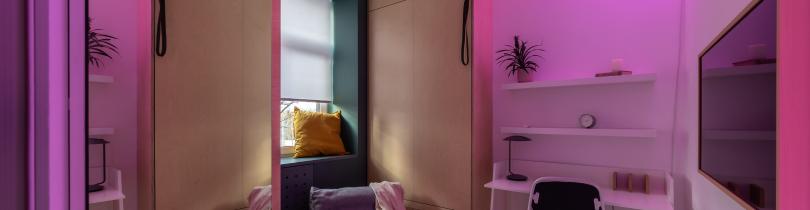 Капсульная комната для девушки в неоновом свете Lightstar
