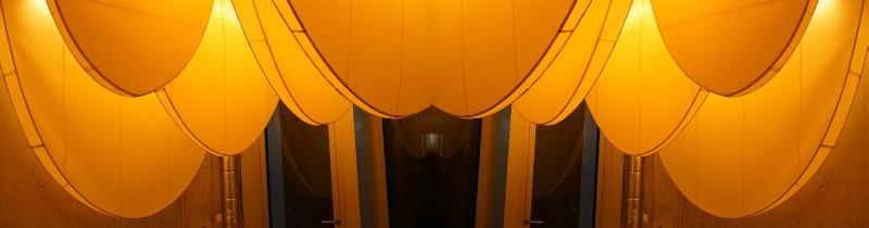 Потолок пивоварни осветили настоящие пчелиные соты