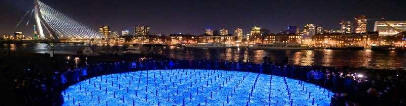 Монумент жертвам холокоста из света и камней